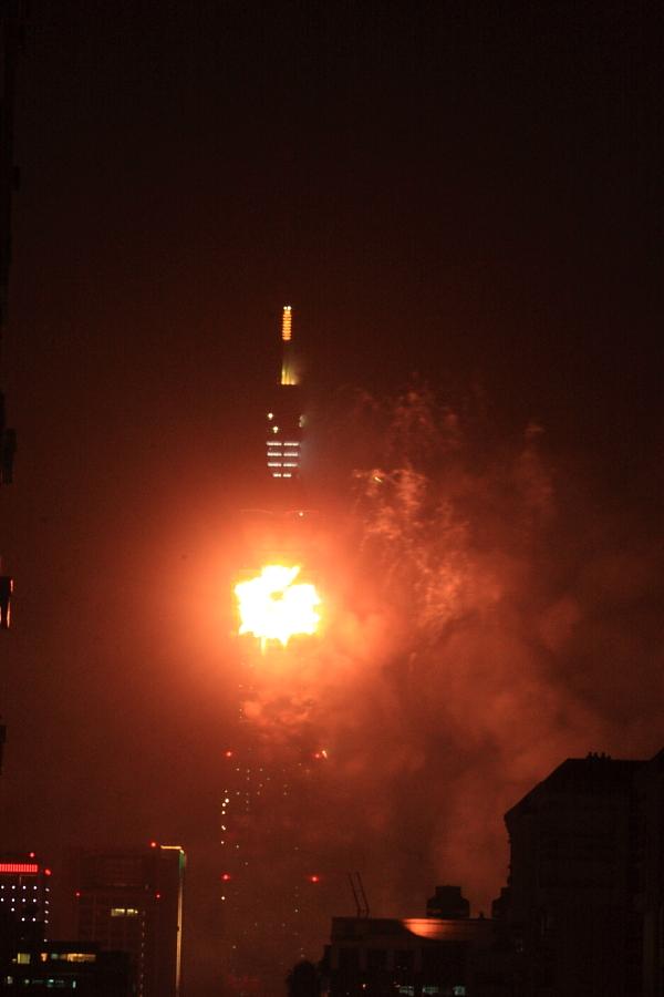 101焰火--中華民國100年新的希望--燈(蒸)燈日上