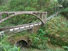 北賓至基隆山登山口途中的輸水管橋廢墟