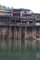 鳳凰古城中穿城而過的沱江、跨江的虹橋與沿江的吊腳樓